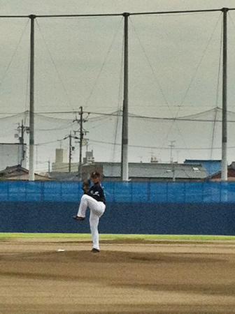中田賢一選手。 中田賢選手が、小山良男ブルペン捕手を相手に 82球を投げました。 実は、 私たち